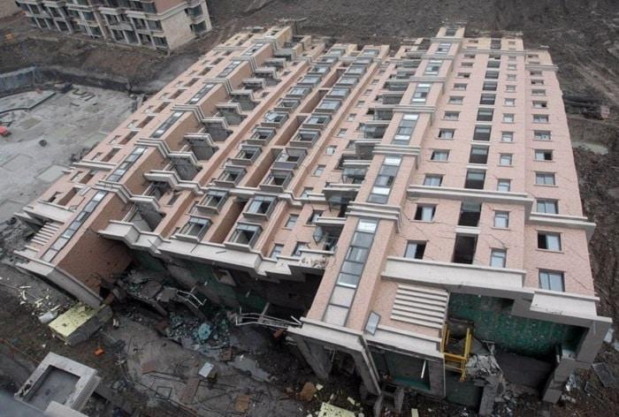 Упавший дом