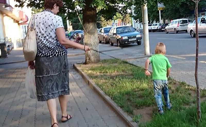 Выгул ребенка на поводке